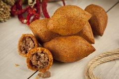 Turkse Ramadan Food-icli kofte (vleesballetje) falafel stock foto's