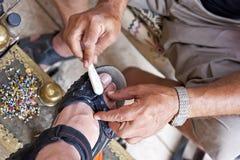 Turkse schoenpoetser op het werk Royalty-vrije Stock Afbeelding