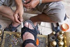 Turkse schoenpoetser op het werk Royalty-vrije Stock Foto