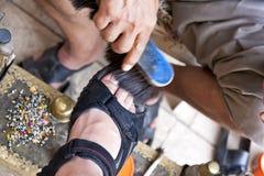 Turkse schoenpoetser op het werk Stock Foto's