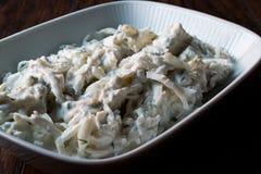 Turkse selderiesalade met yoghurt en mayonaise/kereviz salatasi Stock Foto's