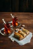 Turkse snoepjesbaklava en thee royalty-vrije stock afbeeldingen