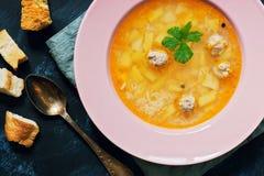 Turkse soep met vleesballetjesclose-up De dieetsoep wordt gediend in een roze plaat op een blauwe achtergrond Mening van hierbove royalty-vrije stock afbeeldingen