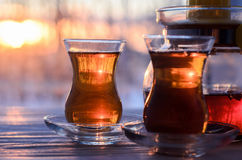 Turkse thee met authentieke glaskop Stock Foto