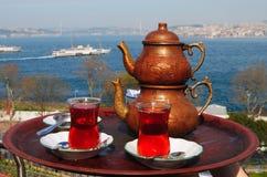 Turkse thee met een mening over Bosphorus in Istanboel stock foto