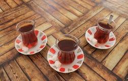 Turkse thee met suiker in traditionele koppen Royalty-vrije Stock Afbeelding