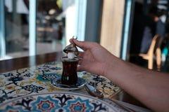 Turkse thee op de kleurrijke, heldere lijst stock afbeelding