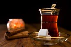 Turkse thee in traditioneel glas stock foto