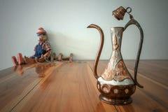 Turkse theepot met Arabische decoratie stock afbeeldingen