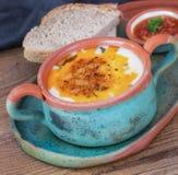 Turkse traditionele yoghurtsoep in ceramisch aardewerk Stock Foto