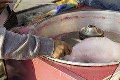 Turkse venter productiegesponnen suiker in een zijdemachine met roze candyfloss royalty-vrije stock afbeeldingen