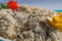 Turkse vissen met de schotel van het rijstpilau Stock Foto's