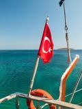 Turkse vlag bij de achtersteven van een boot Stock Fotografie