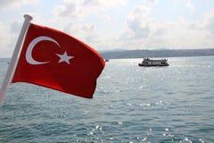 Turkse Vlag in Bosphorus Istanboel, Turkije Stock Fotografie