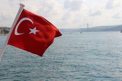 Turkse Vlag in Bosphorus Istanboel, Turkije Royalty-vrije Stock Afbeeldingen