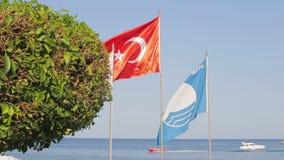 Turkse vlag dichte omhooggaand stock videobeelden
