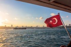 Turkse vlag die in de wind fladderen stock foto