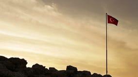 Turkse vlag die op de de hemelachtergrond van de zonsondergangzonsopgang golven stock video