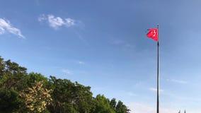 Turkse vlag in een duidelijke dag stock videobeelden