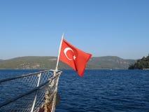 Turkse vlag op de neus van de boot stock afbeelding