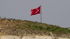 Turkse vlagtribunes op een gebied stock video