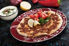 Turkse vleespizza Stock Afbeeldingen