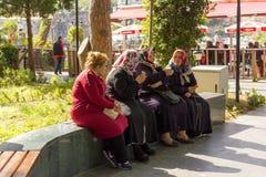 Turkse vrolijke oude dames die en roomijs in de oude stad spreken eten - Antalya, Turkije, 04 23 2019 stock foto