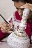 Turkse Vrouw die Detail toevoegen aan Vaas Royalty-vrije Stock Foto's