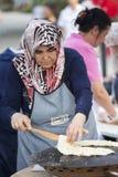 Turkse vrouw die traditionele pastei bakken Stock Afbeelding