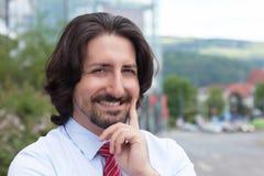 Turkse zakenman buiten voor zijn bureau Stock Afbeelding