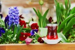 Turkse zwarte thee in traditioneel glas van tulpenvorm Stock Afbeeldingen
