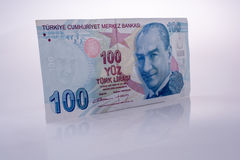 Turksh里拉钞票100在白色背景 免版税库存照片