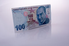 Turksh Lirasedlar av 100 på vit bakgrund Fotografering för Bildbyråer