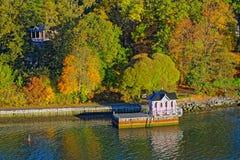 Turku-Archipel mit Herbstsaisonfarben Stockfotos