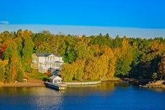Turku-Archipel mit Herbstsaisonfarben Lizenzfreie Stockfotografie