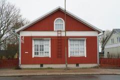 Turku Finland - April 29 2018: Traditionellt trärött hus i Skandinavien, Turku April 29, 2018 arkivfoton