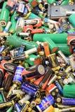 TURKU FINLAND - September 19, 2018: Många använda batterier och ackumulatorer arkivbilder