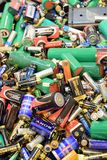 TURKU, FINLANDIA - 19 settembre 2018: Molti batterie ed accumulatori utilizzati immagini stock