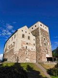 Turku-` s Schloss des 13. Jahrhunderts mit blauem Himmel Stockbild