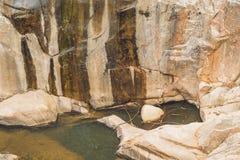 Turkus woda halny rzeczny Ganges wśród biel gładkich kamieni Gangotri Uttarkashi okręg Obrazy Royalty Free