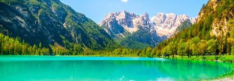 Turkus woda Lago Di Landro, Durrensee i piękne góry dolomity, Włochy Zdjęcie Stock