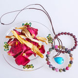Turkusowa bransoletka z wysuszonymi kwiatami Zdjęcie Royalty Free