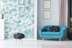 Turkusowa kanapa w żywym pokoju zdjęcie royalty free