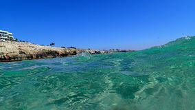 Turkusowa morze śródziemnomorskie fala, jasny woda obrazy stock