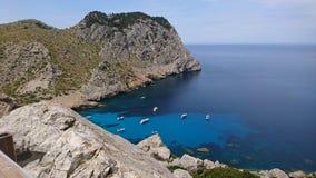 Turkusowa morze zatoka z górami, Hiszpania krajobraz zdjęcie stock