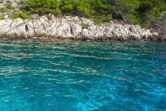 Turkusowa woda morska i skalista linia brzegowa zdjęcia stock
