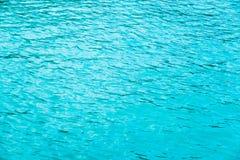 Turkusowa wody morskiej powierzchnia Abstrakt textrured naturalnego tło z udział przestrzenią dla teksta Szablon dla projekta Zdjęcia Stock