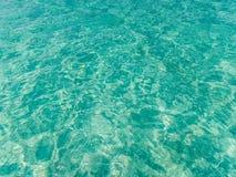 Turkusowego błękita morza powierzchnia z fala tłem Fotografia Royalty Free