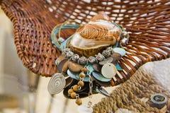Turkusowego błękita skorupy nad słomianym koszem i kolia Fotografia Stock
