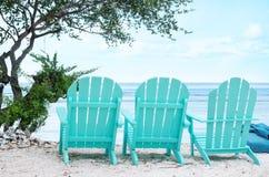 Turkusowi plażowi krzesła - Akcyjny wizerunek obraz stock